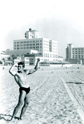 Harry Gelbfarb poses at Muscle Beach, circa 1954. (Foto: Estate Gelbfarb)